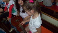 Cantora Laura Petit faz apresentação para alunos do 2º Ano