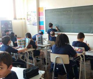 """[BOM PASTOR] Alunos do 3º ano escrevem os """"animals"""" em inglês"""