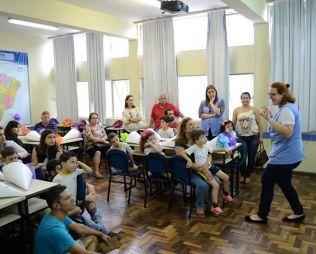 [Centro] Familiares e alunos confeccionam o cone escolar, uma tradição alemã