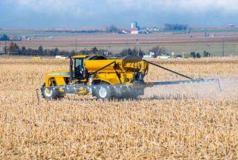 Brasileiro consome 5,2 litros de agrotóxico por ano