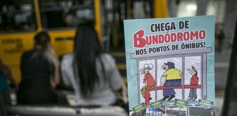 """Campanha pede fim de """"bundódromos"""" em pontos de ônibus de Curitiba"""