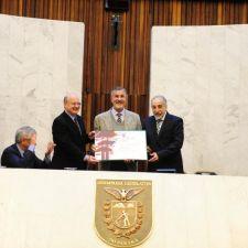 Assembleia concede título de Cidadão Honorário do Paraná ao professor Flávio Zanette