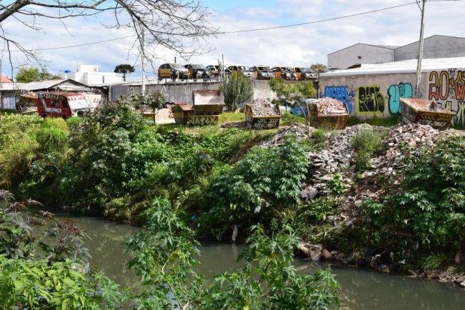 Deputado denúncia ao MP, IAP e SMMA, o descarte de entulhos no Rio Belém